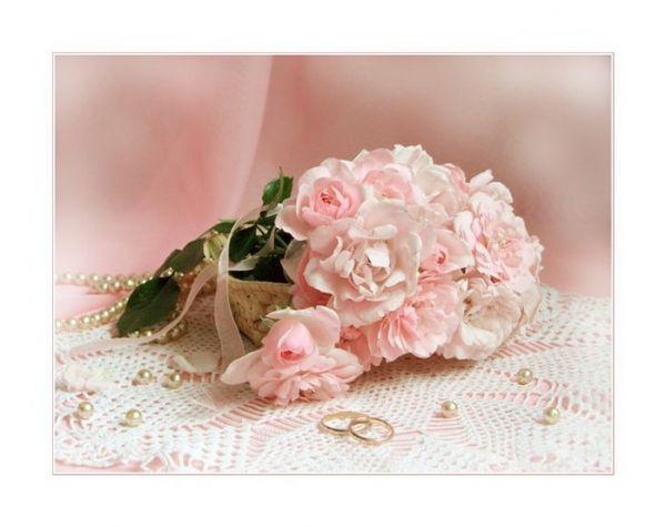 mariage beau bouquet de roses et alliance
